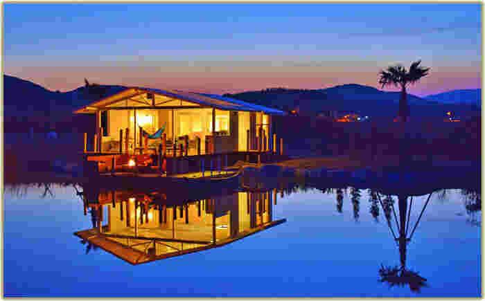 エレガントで上質なしつらえのサイトに、プライベート感覚で独り占めできる大自然。美しい水辺で、まさにグラマラスなキャンプ体験を楽しめるのが「伊勢志摩エバーグレイズ」です。グランピングエリアは宿泊者専用となっており、誰にも邪魔されることのない特別な時間を過ごせます。また、各サイトにはカヌーが備え付けられていて、夕暮れや早朝のひととき、自由に漕ぎ出すことができます。