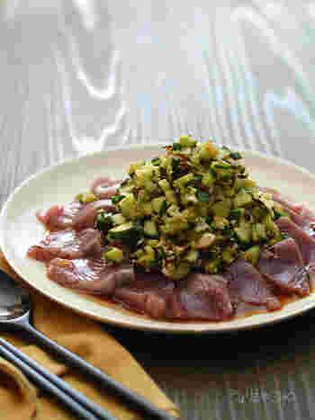 炒めた肉との相性も良いけど、魚とも塩昆布は良く会います。こちら「カツオの塩昆布きゅうりのせ」は、レシピ名通りに、刺身用のカツオのうえに、塩昆布ときゅうりを和えたものをのせるだけ。塩昆布きゅうりだけでも、ごはんとあうので、余ったら翌朝のごはんのお供に使うのも◎。