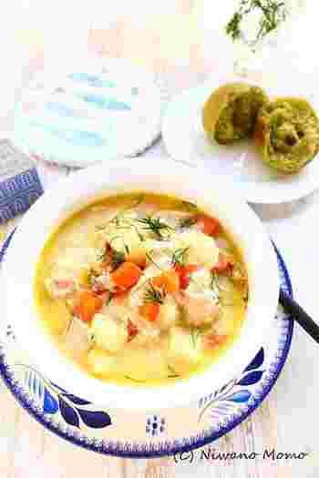 サーモンやじゃがいもが入ったごちそうスープ、フィンランドのロヒケイット。サーモンがよく獲れる北欧らしいお料理です。ディルをトッピングすると、より本場の雰囲気が出ます。