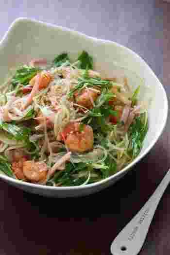 タイの春雨サラダ、ヤムウンセンを和風の味付けにして、みんなが食べやすいサラダにアレンジしています。海老は小さめのものでもいいので、絶対に入れるようにしましょう。味わいの幅が広くなります。