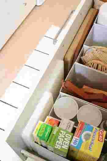 さらにDucks HOMEさんのお家では、手前の空いたスペースにまな板を収納して、ちょっとした隙間部分も上手に活用しています。引き出しをほんの少し開くだけでまな板を取り出せるので、とても使い勝手がいいそうです。キッチンで使用する道具や日用品の「定位置」を見直す際に、ぜひお手本にしたい素敵な収納方法ですね。