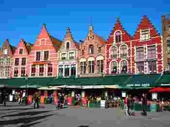 童話の絵本の中から飛び出してきたようなかわいい街並みの「ブルージュ」。旧市街は3つの世界文化遺産が登録されており、その美しさから「屋根のない美術館」とも言われています。また、チョコレート店が数多くあり「チョコレートのまち」とも。甘党の人にはたまらないですね。