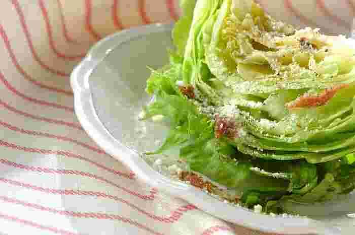 熱したオリーブオイルをかけるから、レタスにアンチョビが馴染みやすくて、他の野菜でも応用できそう。 ドレッシングが切れてしまった時に、ササッと作れる簡単サラダです。