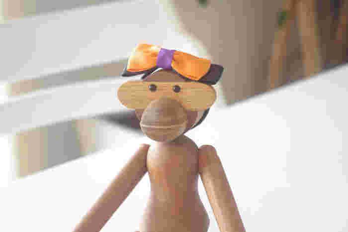 名作、カイ・ボイスンの木製玩具「モンキー」は、ヘアゴムがピッタリ。