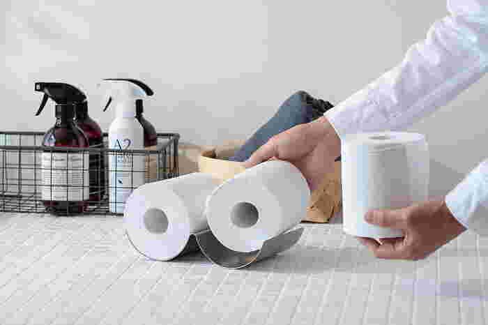 トイレットペーパーをスタイリッシュにストックすることができる「トイレットペーパートレイ」は、アートな雰囲気が漂う、個性あふれるアイテム。半円部分にトイレットペーパーを2個のせることが出来ます。
