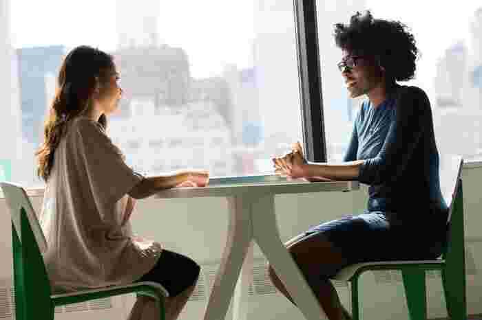 心地良い友達の大きなポイントとしては、自分が悩んでいることや感じていることを相談できるかどうか。損得で選んだ友達に対して、自分の悩みを伝えようとしても「他の人にも言われてしまうのでは?」とか「弱みを握られてしまわないか」とあらぬ方向に気持ちが向いてしまいます。
