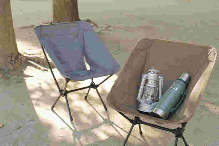 超軽量なテント用ポールを使った椅子です。座面は上から被せる組み立て式。シックな色合いでお家の中やテラスで使っても良さそう。