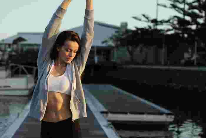 身体の巡りを良くするためには、運動をすることも大切です。1日のうちに身体が生み出す熱エネルギーの6割は、運動によって筋肉を動かすことにより生まれます。身体を動かすことで血流が促進されて体温が上昇し、細胞の代謝アップが期待できるのです。まずは簡単に取り入れられるウォーキングなどからはじめてみてはいかがでしょうか?