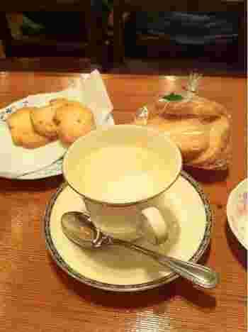 ミルクたっぷりのカフェオレとカリカリ香ばしいラスク。レトロで懐かしく落ち着いた店内で、ほっと心が癒されます。