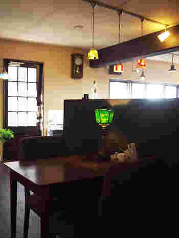 『昔ながらの喫茶店』をコンセプトに掲げており、店内はおしゃれなアンティーク家具で揃えられています。それゆえ、新しいお店でありながら、どこか懐かしい雰囲気♪ステンドグラスのシェードが美しい照明がたくさんあって、目を楽しませてくれますよ。