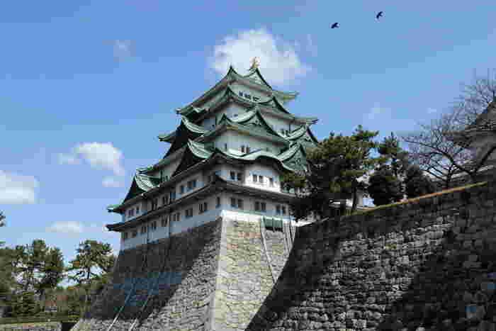名古屋の定番観光スポットといえば、やっぱり名古屋城。徳川家康が息子の義直のために建てた、金のシャチホコで有名なお城です。武将隊ブームのさきがけ「名古屋おもてなし武将隊」が城門でお出迎えしてくれますよ。