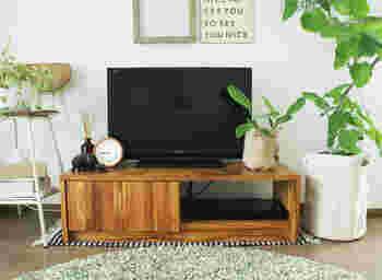 コンパクトで十分な機能を持ったTVボードは一人暮らしにぴったり。木目調でナチュラルなお部屋に。