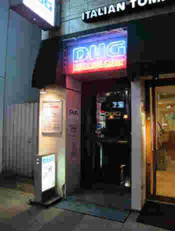 """続いては、新宿ピカデリーの隣にある「DUG (ダグ)」です。老舗のジャズ喫茶で、その歴史は前身の""""DIG""""まで遡ると約60年になります。"""