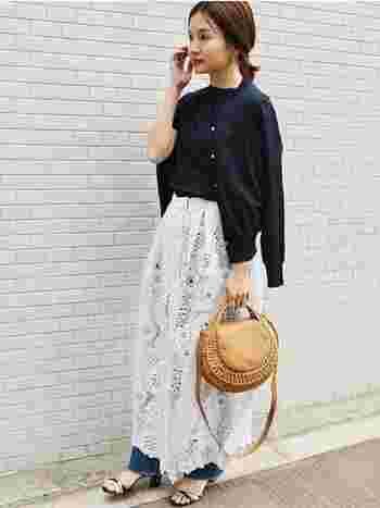 ネイビー×ネイビーのワントーンで、アンサンブル風に着こなすのもおすすめです。トップスに統一感があることで、スカートにもパンツにも合わせやすく、トレンドのレイヤードスタイルも上品にまとまります。