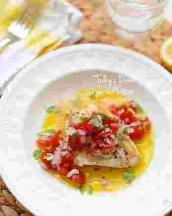 ラビゴットソースは、みじん切りにした野菜などを使った、フランスのヘルシーソース。とくに魚料理に合います。こちらでは、カジキマグロのソテーに、紫玉ねぎとミニトマトのラビゴットソースがたっぷりかかっています。レモンの風味も清々しい♪
