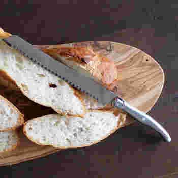 固いパンもきれいにカットできます。