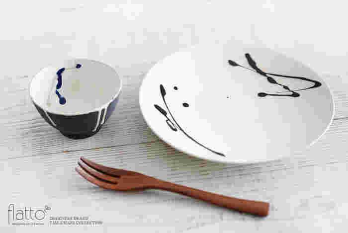 こちらの小鉢は外側を黒い釉薬で仕上げ、内側は白い釉薬に紺とグレーのラインを描いたモダンなデザイン。直径10cmほどの使いやすい大きさなので、酢の物や和え物を入れたり、アイスクリームやフルーツを盛り付けたりと、様々な用途に使用できます。こちらの写真のように同じシリーズのプレートと組み合わせると、統一感のあるスタイリッシュなコーディネートが完成しますよ◎。