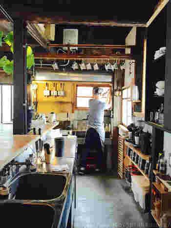 「ここでカフェを始めよう!」 サラリーマンをしていた店主が、見た瞬間心に決めた六畳一間の町家。自力で2ヶ月かけて改装したそうです。カウンターでのスタンディングのみで座席はありません。