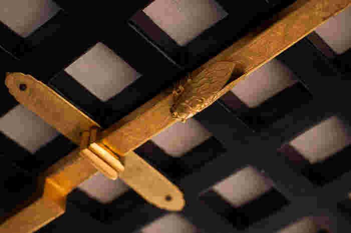 正面入口格子戸は蔀(しとみ)といい、その留金には「蝉」の装飾が施してあります。「蝉」は、防犯・防災のお守り。