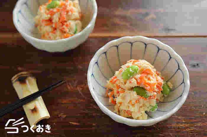 レンジでチンしたおからに、ニンジンと枝豆を加え彩りよく仕上げたサラダ。安く手に入るおからは家計の味方。もう一品欲しいというときに作ってみてはいかがでしょう。