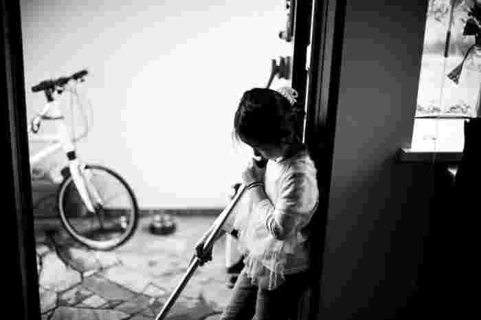 同じく風水では、幸福は玄関から訪れると考えられています。玄関が散乱した靴や土埃で汚れていると、福も訪れにくくなってしまうので、靴は整理して靴箱に揃えて入れ、たたきもキレイに掃き清めましょう。