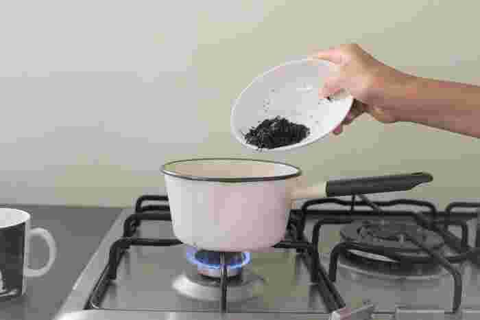 量ったお湯をミルクパンに注いだら、火をつけます。沸騰したら、約1分半、煮込んでいきます。お湯の量が少ないとすぐ沸騰するので、きちんと見ていてくださいね。