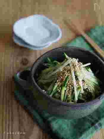 千切りにしてサラダ風の和え物にするのもおすすめ。きゅうりやトマトなどの夏野菜とも相性がよく、爽やかな香りと辛み成分が暑さに疲れた身体を労ってくれます。