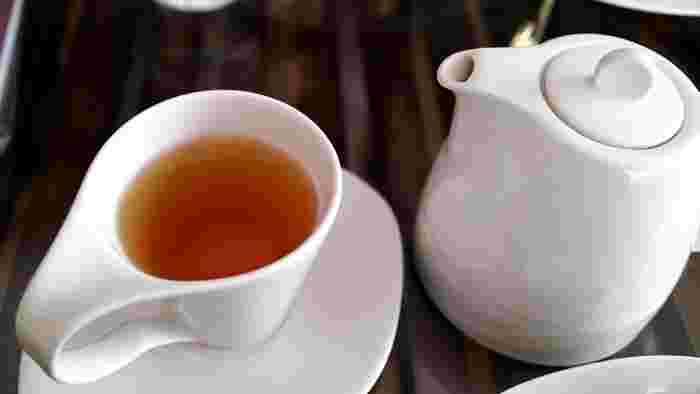 """とはいえ、水でのうがいは心もとない…と思われる場合、薄いお茶でのうがいがおすすめです。紅茶や日本茶に含まれる""""テアニン""""や""""カテキン""""といった成分は、マイルドな殺菌作用があるので予防のためのうがいにおすすめです。普通に淹れたお茶では濃いので、2倍くらい薄めに作った物や、一度お茶を飲んだ後の出がらしで淹れた物で十分効果が期待できます。"""