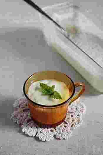 お砂糖も卵も生クリームも不使用!完熟バナナ、バニラアイス、牛乳、ゼラチンの4つのみで作るババロアです。混ぜて冷やすだけの簡単デザートは、思い立ったら気軽に作れるのが嬉しいですね。バナナは小さめのものを使うとぷるっと固まりやすいようです。
