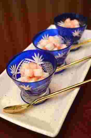 長芋を切って、辛子明太子と混ぜ合わせるだけです。本当にそれだけですが、お酒によく合います。このように切り子ガラスの美しい器に盛れば、おもてなしの前菜にも最適。  ネバネバ好きの方はオクラも入れてみてはいかがでしょうか。