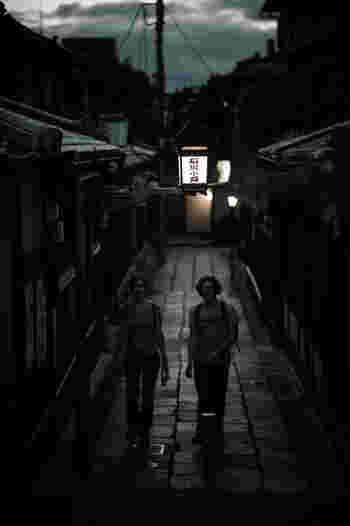 時間にゆとりがあるのなら、八坂神社・円山公園・祇園へと足を延ばしてみましょう。【画像は、料理屋や料亭旅館が連なる「石塀小路」。舞妓さんの姿をお見かけすることも…。】