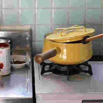 うずらの卵の茹で方をご紹介。 簡単4ステップです。  1. うずらの卵を鍋に入れ、ひたひたに被る程度の水を入れて火にかける 2. 時どき箸でうずらの卵を転がし、沸騰したら2分間程度加熱する 3. 2分程経ったら火を止めて、2分間そのままの状態で 4. 冷たい水にさらし、冷えたらできあがり。