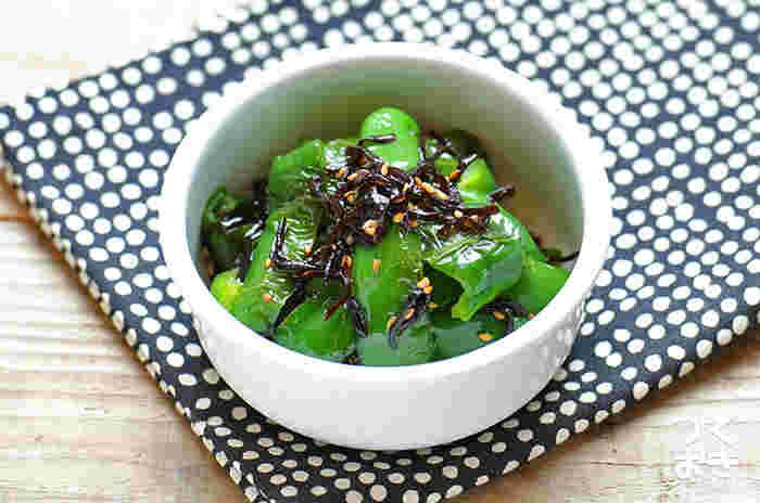 冷蔵庫に残った塩昆布の使い道に迷うことってありませんか?そんな時は、ピーマンと組み合わせて、おつまみにも、お弁当の隙間おかずにもぴったりな一品に!ピーマンを焼くことで甘みがUPするので、苦みを柔らげてくれますよ。鮮やかな緑がお弁当にあると、見た目にも美しい仕上がりに。