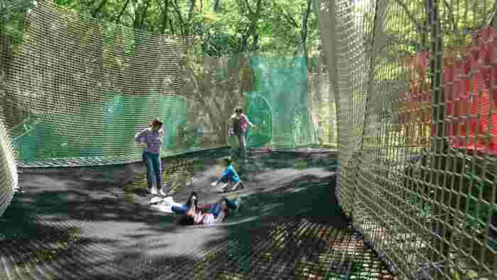 網で作られた広場でぴょんぴょん跳ねたり、網のトンネルを潜ったり、ときにはのんびりと寝転んだり…。網の隙間から足元が見えるのでスリルいっぱい!空中でのバトミントンやバスケットボールも楽しめます♪