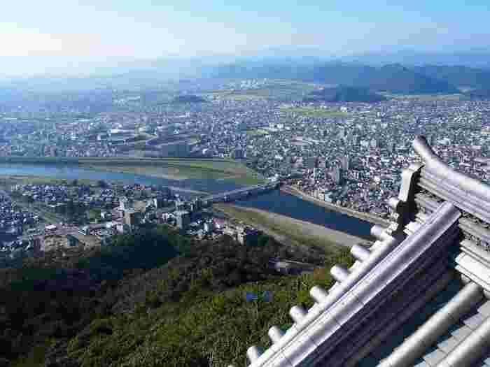 現在の岐阜城は昭和31年に、岐阜城再建期成同盟によって復興されたものですが、城内には史料展示室があり、楼上の展望台からは、長良川や岐阜市内が眺望できます。
