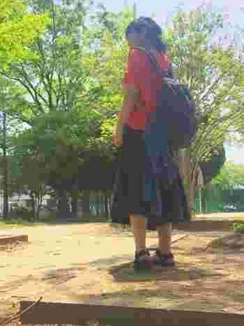 晴れた日は無理のない程度にお散歩をしたいですね♪お散歩にぴったりの歩きやすいtevaのサンダルにロングスカートを合わせたコーディネート。