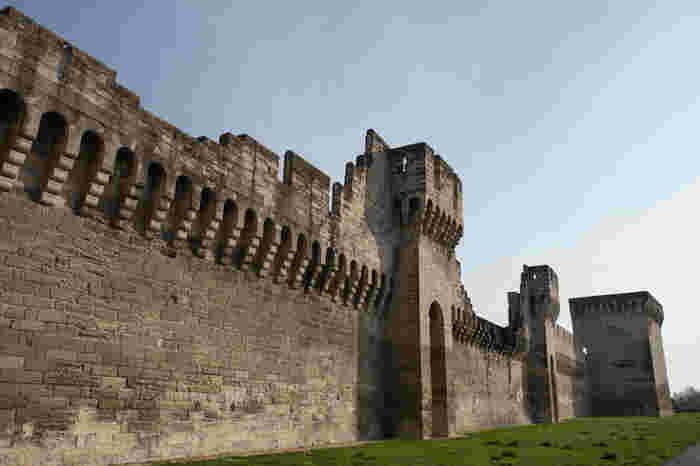 14世紀に造られた全4.3キロメートルの城壁は、抜群の保存状態で残されています。鉄道駅に面したレピュブリック門、サン・ベネゼ橋近くのローヌ門などたくさんの門もそれぞれ風情があり、城壁周辺を散策していると中世に築かれた街ならではの趣を味わうことができます。
