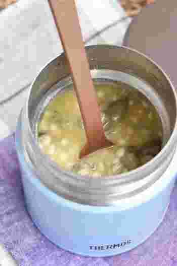 コーンスープの素を使ったとても簡単なレシピです。秋の食材きのこに塩をふって、塩きのこにするのがポイント。他にも、プチプチとした食感のもち麦を入れれば、食物繊維が多く満腹感もあるスープの完成です♪