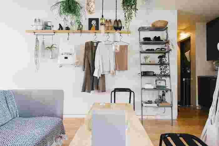 お気に入りの洋服や靴を飾るようにディスプレイしても素敵。雑貨や植物と組み合わせると、ショップのようなおしゃれな雰囲気になります!