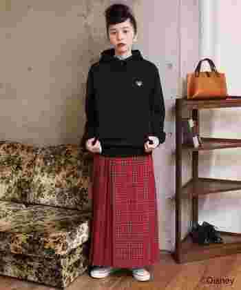秋冬に着たくなるチェック柄のスカートは、プルオーバーパーカーでスポーティーに転ばせるのが今年流。