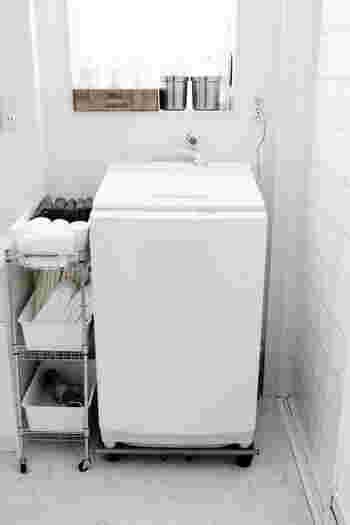 洗濯機横の隙間にワゴンを設置し、タオルをカゴに入れて収納しています。キャスター付きで自由に動かせるので、タオルを収納する時も簡単。隙間を活かした狭い洗面所でも使えるアイデアですね。