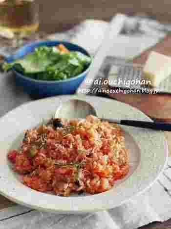 ミックスビーンズ缶にトマト缶と、缶詰を駆使して作れるリゾットのレシピ。残りご飯を使ってパパっと作れるので、時間がない時にも役立ちます。ケチャップや砂糖で甘味があって、子供にもおすすめのメニューです。
