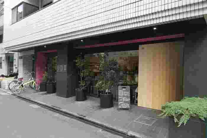 渋谷区富ヶ谷、代々木八幡駅から20メートルほどの場所にある「15℃」は、早朝7:00~23:00までオープンしている頼りになるカフェ。食のセレクトショップ「365日」の姉妹店で、世界各地の安心安全な食はもちろん、雑貨や書籍でより多角的に食を学べるお店としてオープンしました。