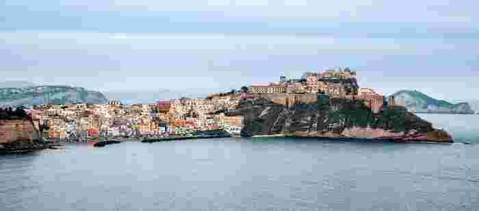 舞台は1950年代、イタリアの小さな島にある漁村。「イル・ポスティーノ」は、この島で生まれ育った、とっても純朴で内気な青年・マリオの物語です。