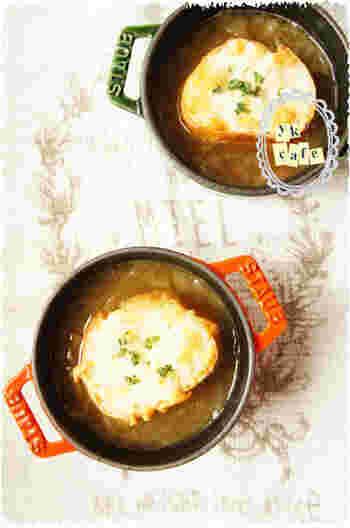 一時間かけて炒める飴色玉ねぎの美味しさを余さずいただける、オニオンスープのレシピです。丁寧な味に、思わずほっこり♪飴色玉ねぎは冷凍もできるので、時間がある時にたくさん炒めて保存しておくといいかも。