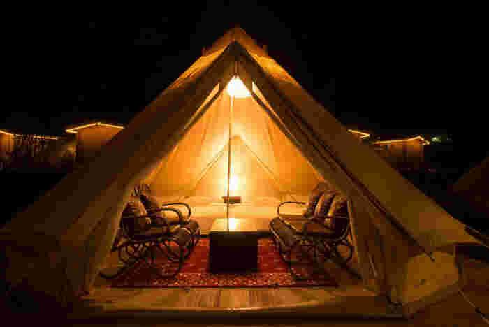 テントの中には大きなベッドがあります。ふかふかのベッドに寝転がって、テントの気分を味わえるグランピング。一度経験すると癖になってしまうのも納得できます。