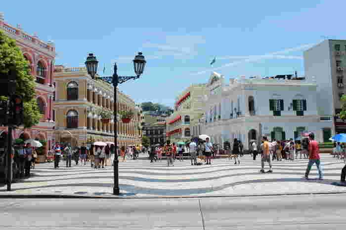 まずご紹介するのは、マカオ観光の定番である「セナド広場」です。ピンクや黄色のかわいらしい建物に囲まれた美しい広場で、イベントなども多数開催されています。マカオの街の中心部にありますので、まずはここから観光を始めるのがおすすめですよ。