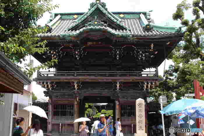 """柴又や浅草といった江戸情緒に触れるところから始まり、政治の中枢・国会議事堂、そして六本木でお洒落な都会・東京を感じるツアーです。ランチの松阪牛の焼肉も嬉しいですね。 こちらは、""""寅さん""""で有名な柴又帝釈天の境内です。"""