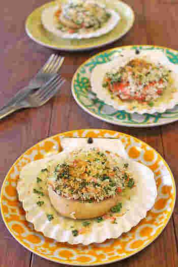 ガーリックバターと干しエビ、パセリをアレンジしたパン粉は風味がよく、後を引くお味です。こんがりとした焼き色が食欲をそそります。