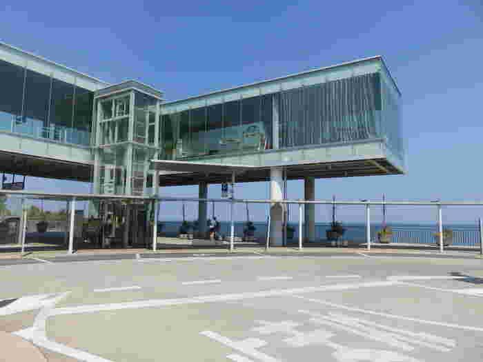 JR常磐線の日立駅東口のロータリーにある特徴的な建物。「SEA BiRDS CAFE(シーバーズカフェ)」は、日立市出身の世界的建築家、妹島和世さんがデザインを監修しグッドデザイン賞を受賞したカフェです。